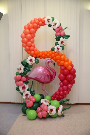 Цифра 8 из шаров с фламинго
