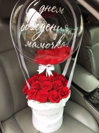 Бабблс с коробкой роз