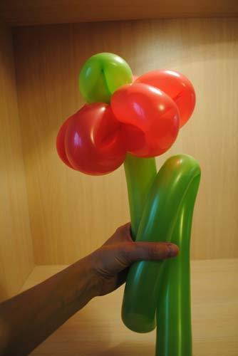 Сгибаем и перекручиваем стебель цветка из воздушного шара